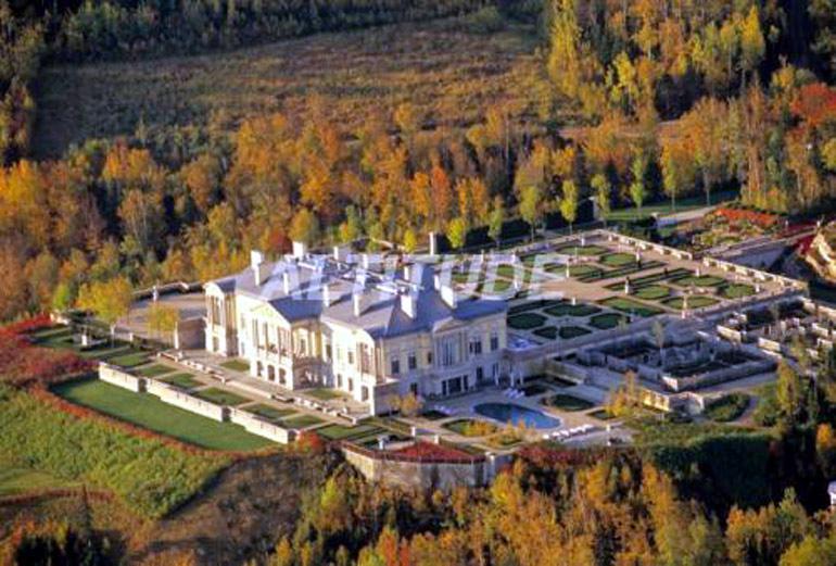 Vue arrière: Chateau de Paul Desmarais à son domaine de Sagard en Charlevoix